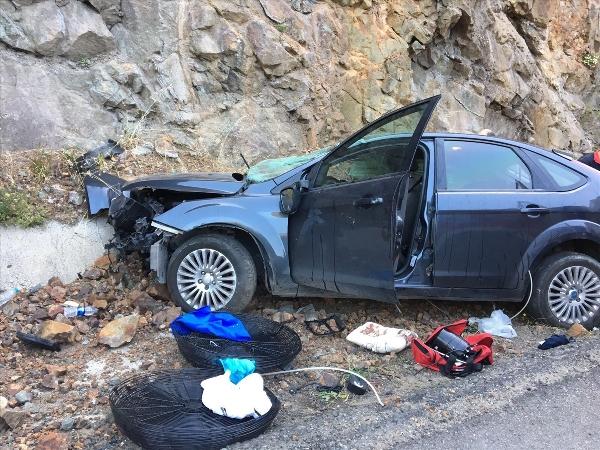 Otomobil kayalara çarptı: 1 ölü, 2 yaralı