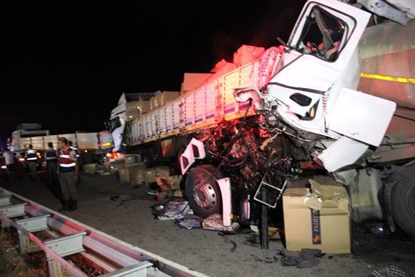 Zincirleme trafik kazası: 1 ölü, 4 yaralı