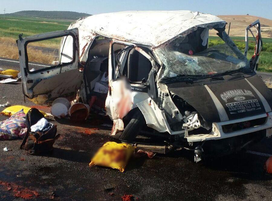 Minibüs tıra çarptı: 1 ölü, 2 yaralı