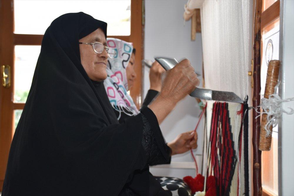 İran ve Afgan uyruklu kadınlar Trabzon'da kilim dokuyarak üretime katılıyor