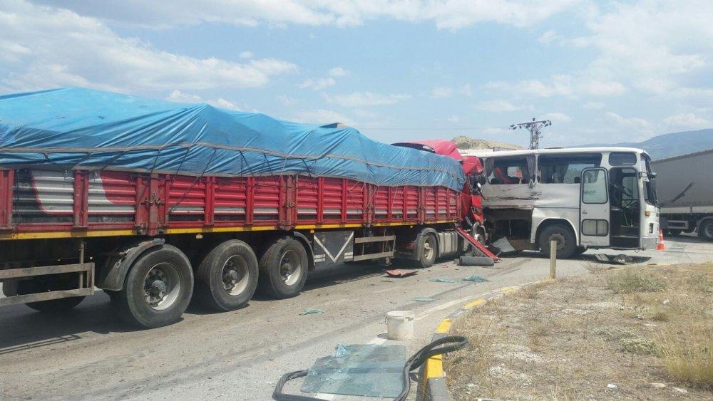 Tır ile otobüs çarpıştı: 25 yaralı