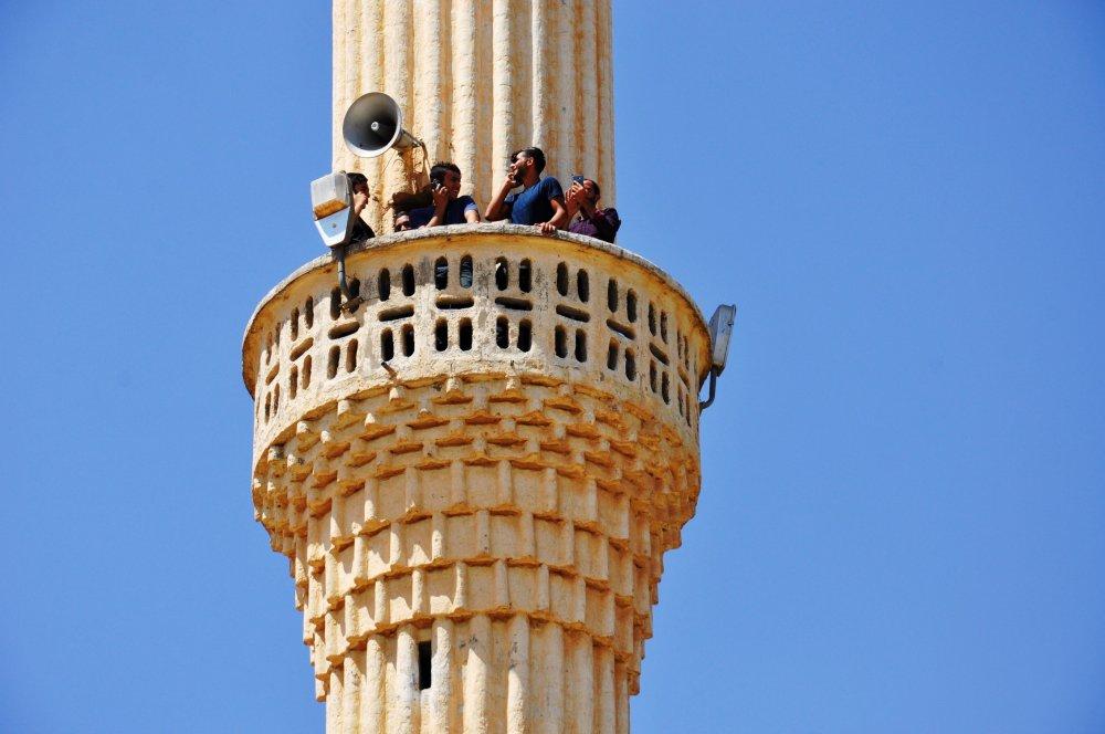 Minareden ezan sesi yerine, telefon konuşmaları yankılanıyor