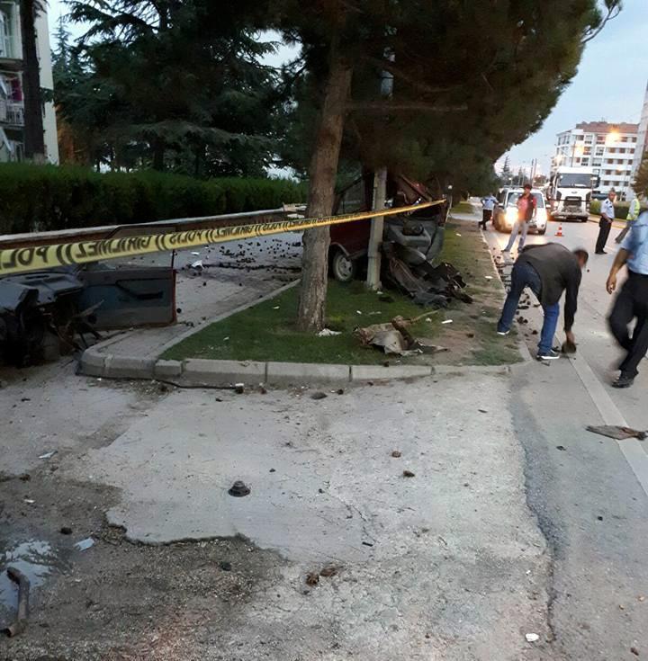 Feci kaza: Otomobil ikiye bölündü