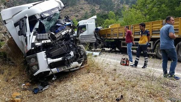 Tır ve kamyon kafa kafaya çarpıştı: 2 ölü