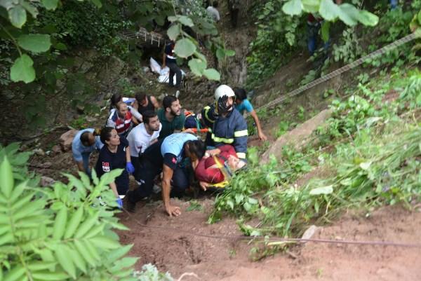 Fındık işçilerini taşıyan araç uçuruma yuvarlandı: 17 yaralı