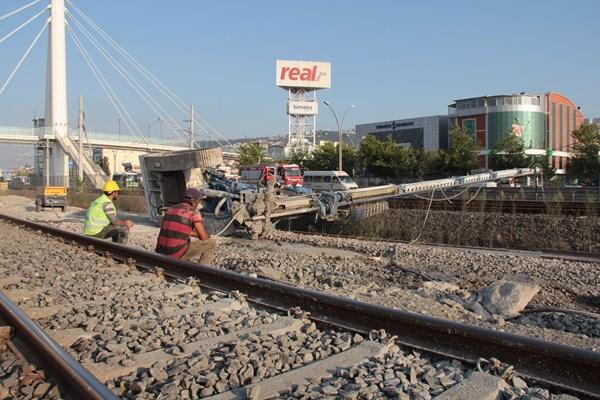 Sondaj makinesi tren yoluna devrildi