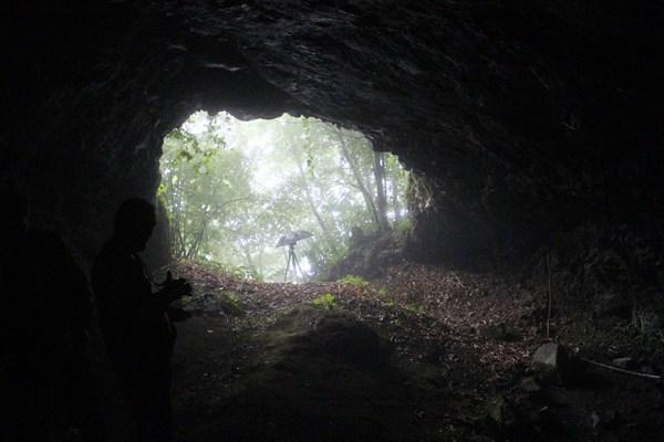 """Giresun'un Görele ilçesine bağlı Çavuşlu beldesi Kurukale mevkiinde bulunan kaya mezarları ve kale kalıntıları, yapılacak çalışmalarla turizme kazandırılmayı bekliyor.  Görele ilçesine bağlı Çavuşlu beldesinde köylüler tarafından kayaya oyulu bir mezar bulundu. Konuyla ilgili konuşan köy sakinlerinden Uğur Bilge, """"Denizden yaklaşık 500 metre yükseklikte bulunan Kurukale denilen bir mevkideyiz. Bu mevkiinin bizler için önemi ise burada Bizans döneminden kalan kale kalıntıları, kaya mezarları, yerleşime açık mağaralar bulunmaktadır. Bu mevkide üç adet mağara bulunmaktadır. Bu mağaraların çeşitli özellikleri var. Birisinin özelliği içinde su bulunmaktadır. Burasının geçmişte burada yaşayan insanlar tarafından sarnıç olarak kullanıldığı tahmin ediliyor. Etrafa bakıldığında burada bir yaşam alanı olduğu tahmin ediliyor. Genel anlamda mesire alanı gibi bir görüntü var. Ne yazık ki burası da bilinmeyen, araştırılmayan garip kalmış bir bölge diyebiliriz. Tarih olarak söylediğimiz gibi Bizans dönemine dayanıyor"""" dedi. Çuvaş Türklerinin yaşadığı Çavuşlu beldesinin çok eski bir tarihi olduğunu söyleyen Bilge, """"Geçmişte burada limancılık yapıldığı da söylenmektedir. Bizleri ilgilendiren Kurukale'deki tarihi kalıntılar, gözetleme kuleleri, kaya mezarları ve burada birden fazla kaya mezarları bulunmaktadır. Burada bir de yerleşime müsait olan mağaralar bulunmaktadır. Bizanslıların en önemli özelliklerinden biri karşımızda bulunan Eynesil ilçesi sınırlarında bulunan (Heri Granı) denilen mevkide de kaya mezarları bulunmaktadır. Görele ve Çanakçı ilçeleri orta noktasında bulunan Karınca Kale'de tarihi söylemlere göre bu gözetleme kuleleri arasında Bizanslılar iletişim kurabildikleri söylenmektedir. Bu türlü değeri olan bu mekanların gün yüzüne çıkarılmasını bekliyoruz"""" diye konuştu. Çavuşlu'nun Kurukale mevkiinde bulunan alanın tarihi açıdan büyük öneme sahip olduğunu ifade eden Can Tahmaz ise, """"Gün yüzü görmemiş olan bu alan turizme kazandırılmayı bekliyor. Tarihimizi öğrendikçe bu"""