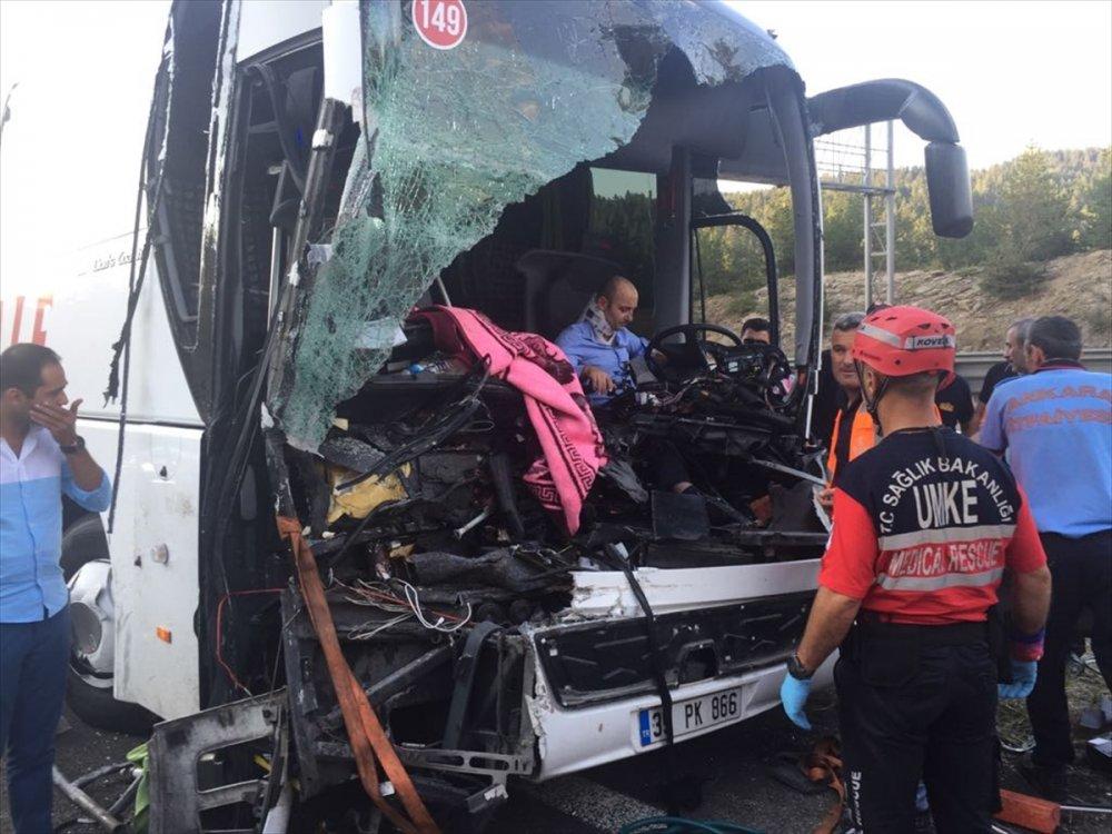 Yolcu otobüsü Kamyona çarptı: 1 Ölü 21 Yaralı