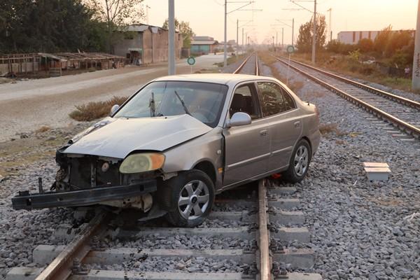 Tren otomobile çarptı: Facianın eşiğinden dönüldü