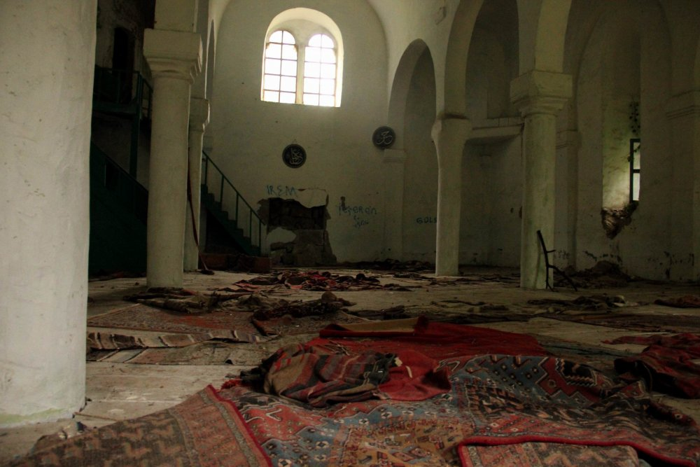 Vandallar tarihi camiyi talan etti