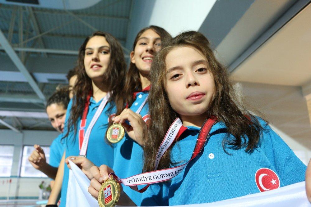 Trabzon'da engelli 3 kardeş yüzmeyle hayata tutunuyor