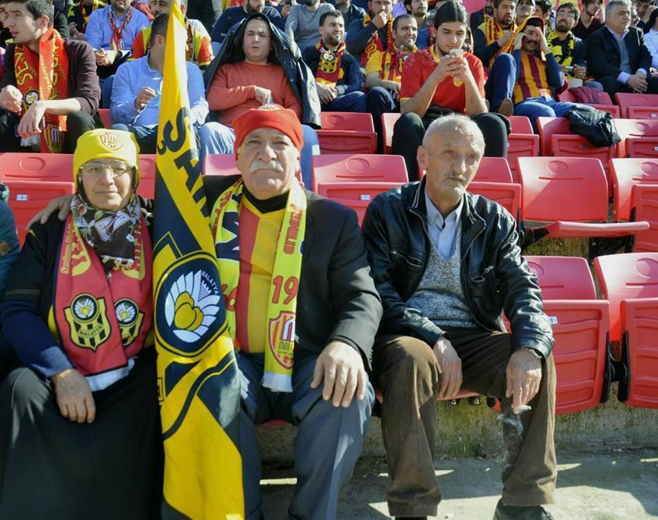 Görenler hayret ediyor... Tribünlerin en yaşlı çifti!