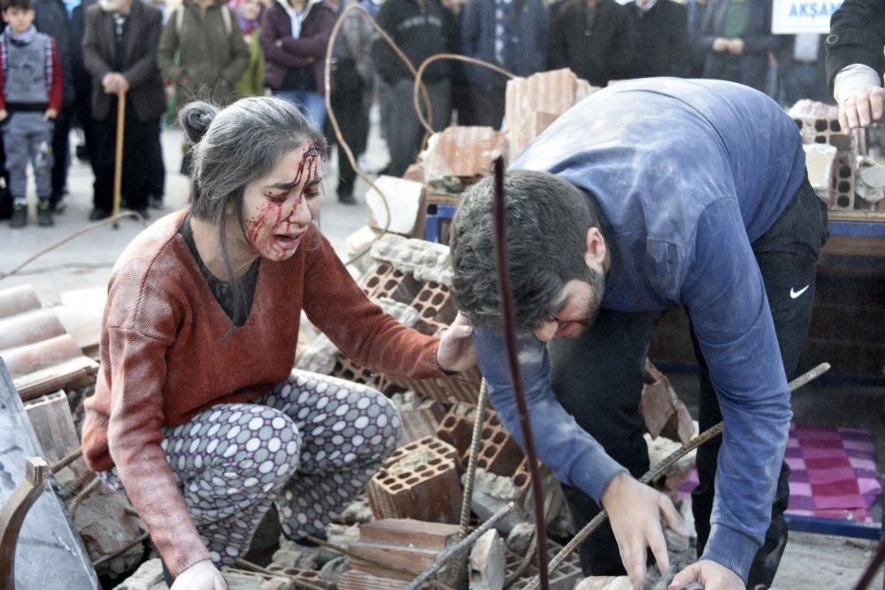 Düzce depremindeki acıyı sokak tiyatrosuna taşıdılar
