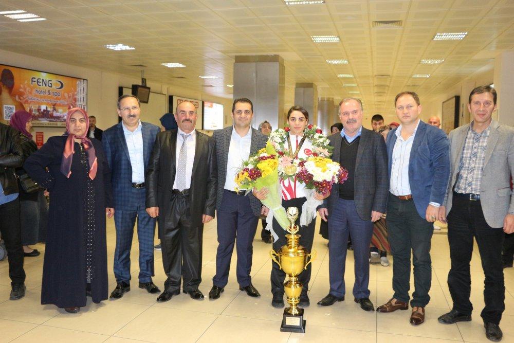 Şampiyon Trabzon'da çiçeklerle karşılandı