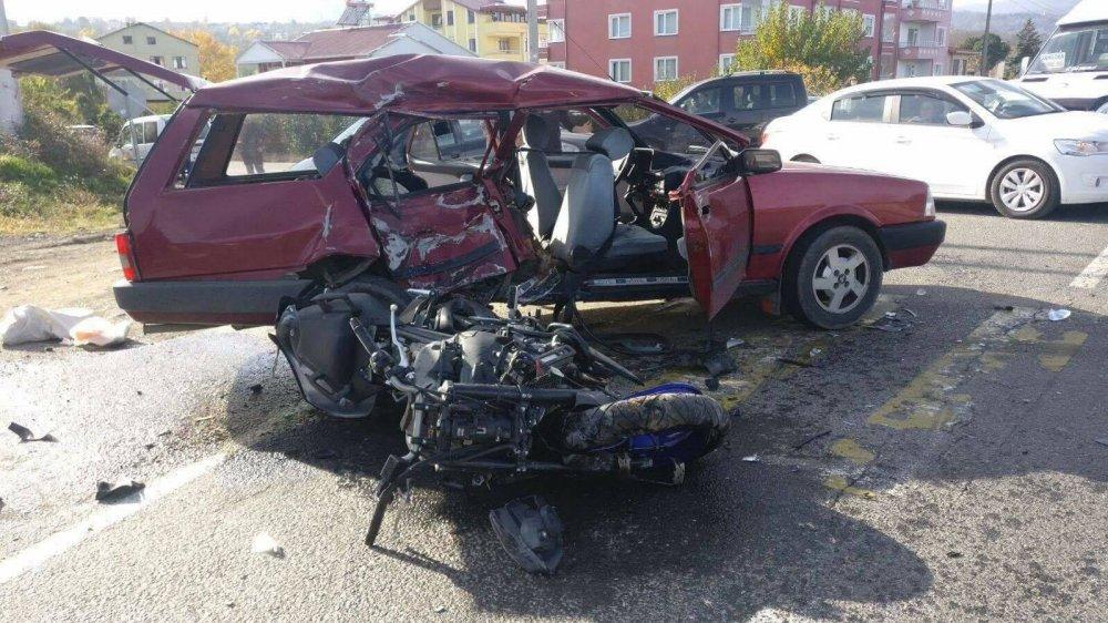 Motosiklet otomobile çarptı: 1 Ölü 4 yaralı