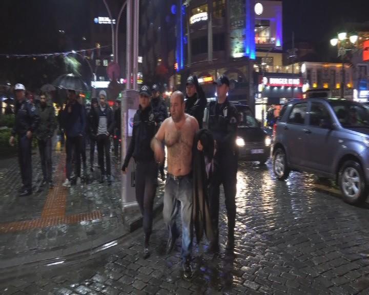 Yağmurlu havada soyundu meydanı birbirine kattı!