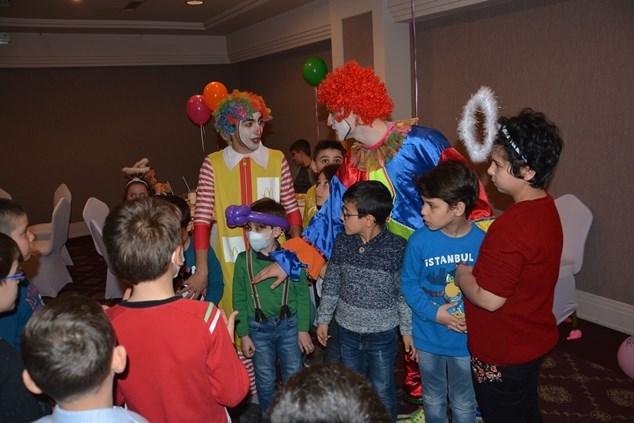 Lösemili çocuklar yılbaşı partisinde eğlendi