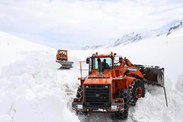 Rize'de nisan ayında karla mücadele