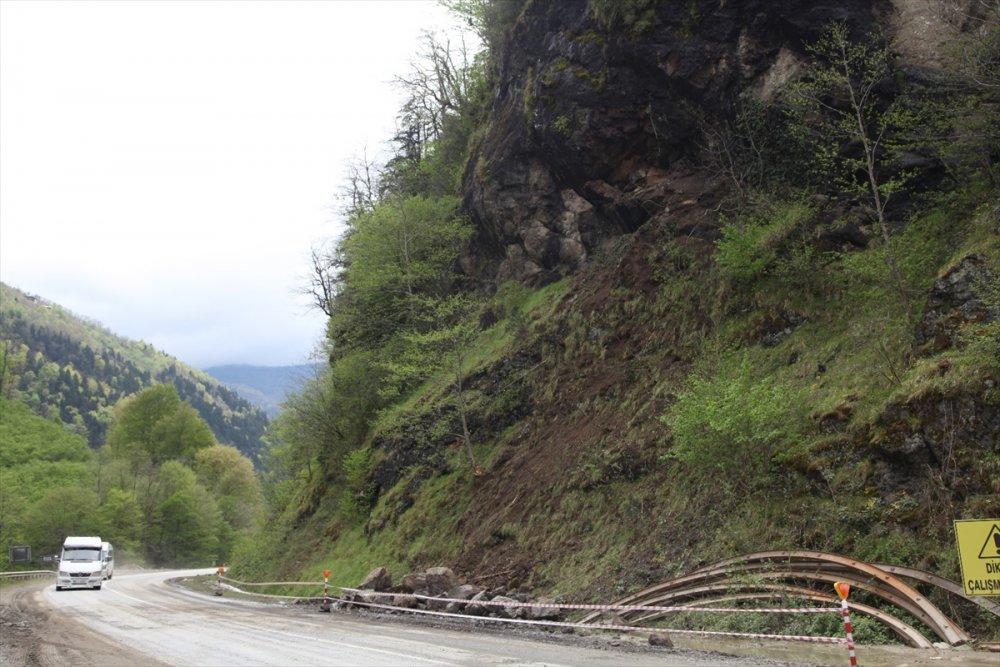 Dernekpazarı'nda Minibüsün üzerine yamaçtan kopan kayalar düştü