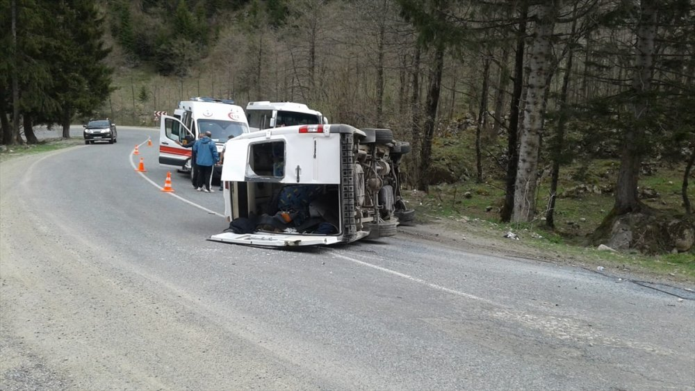 Ovit Dağı yolunda minibüs devrildi: 1'i ağır 10 kişi yaralı