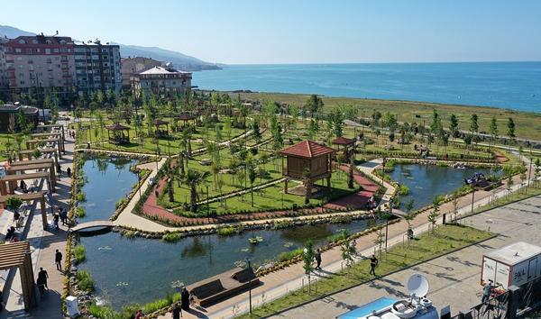 """Trabzon'da deniz manzaralı """"Millet Bahçesi"""" vatandaşın beğenisini topladı"""
