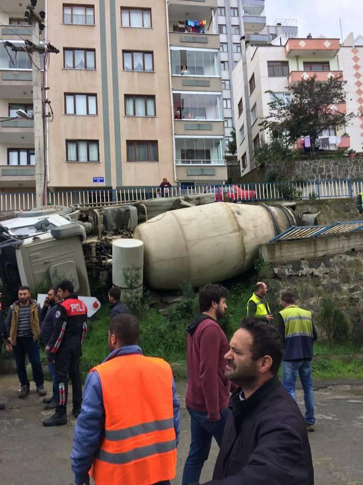 Trabzon'da kaza! Beton mikseri devrildi!