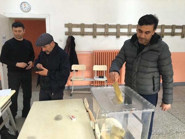 Trabzon'da oy kullanma işlemi başladı