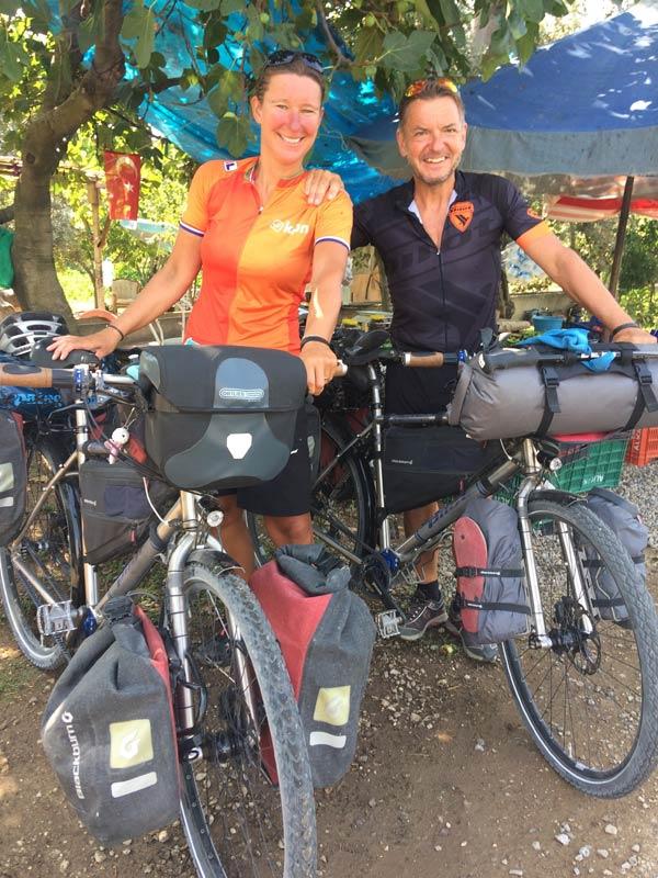 Evlerini satarak bisikletle dünya turuna çıktılar - Trabzon'a geliyorlar...