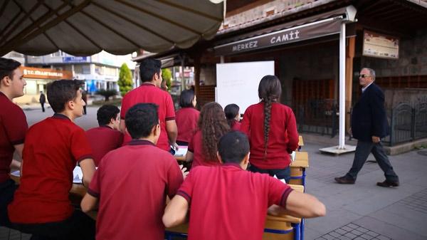 Emekli öğretmenlere duygulandıran 'Sokakta Sınıf' jesti