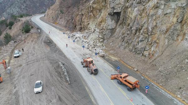 Zigana'da düşen kayalar kazalara neden oldu