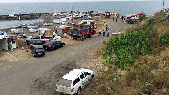 Akçaabat'ta sahildeki yapılar yıkıldı