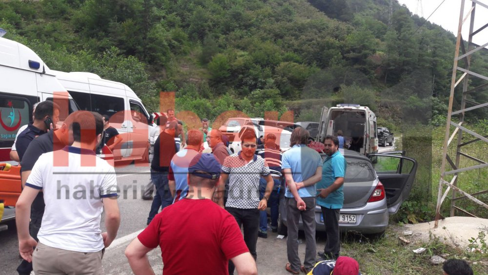 Trabzon'da araçlar kafa kafaya çarpıştı: 3 yaralı!