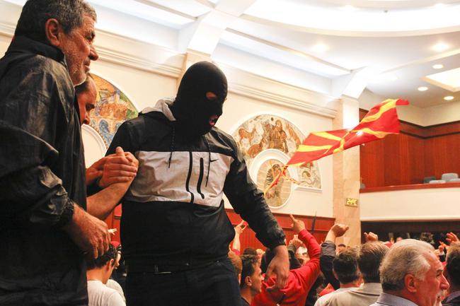 Meclis'i basıp milletvekillerini rehin aldılar!