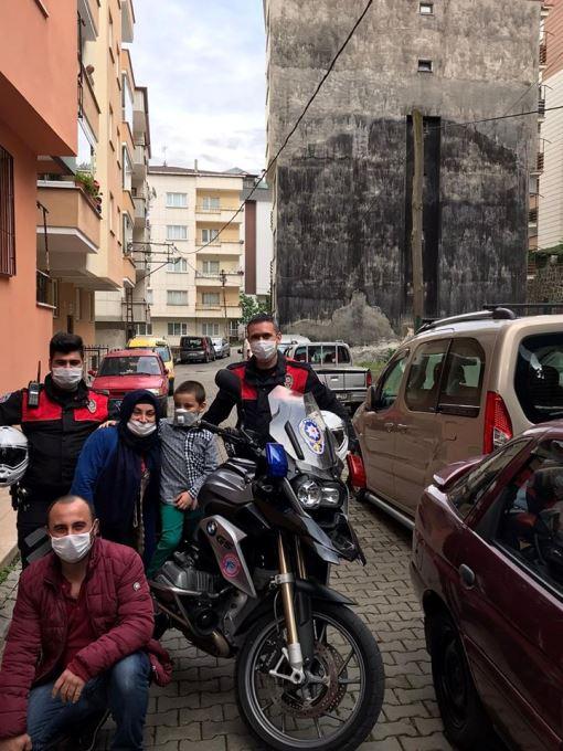 Trabzon'da 6 yaşındaki Miraç, polis sireni korkusunu böyle yendi