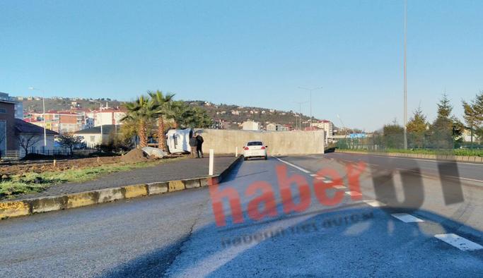 Trabzon'da TIR devrildi, yol kapandı
