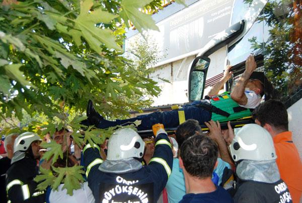 Yolcu otobüsü çay ocağına girdi: 2'si ağır 8 yaralı