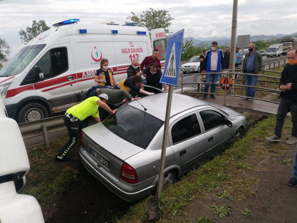Karadeniz sahil yolunda otomobil ile tır çarpıştı