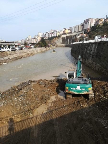 Trabzon'da dere yatağına kaçak dökülen moloz yığınları temizlendi