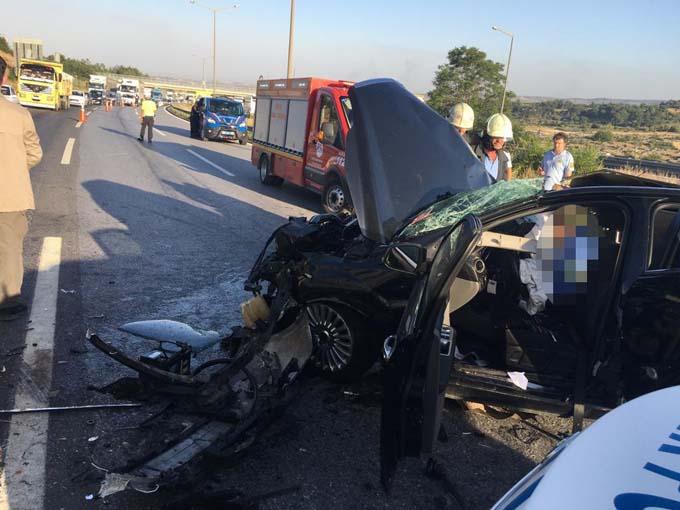 Otomobil tıra çarptı: 3 ölü, 1 kişi yaralandı