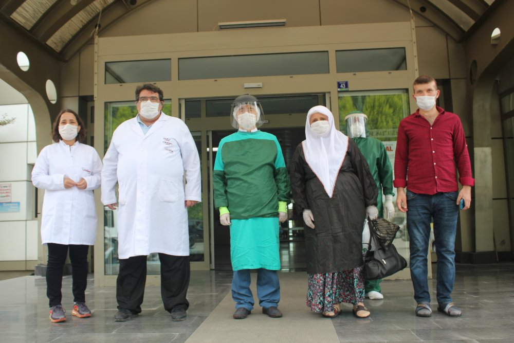 60 yaşındaki kadın 25 günde koronavirüsü yendi