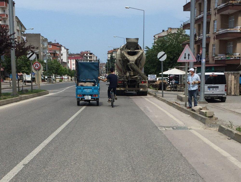 Ordu'da bisikletle tehlikeli yolculuk