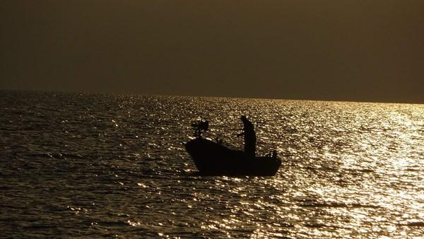 Trabzon'da gün batımında balıkçıların görüntüsü