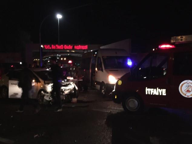 3 araç birbirine girdi: 4 yaralı