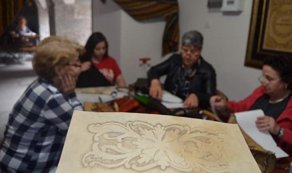 Ham deriyi döverek motifle süsleyip sanata dönüştürüyorlar