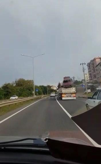 Ordu'da kasasında hurda araçlar taşıyan kamyonet tehlike saçtı.