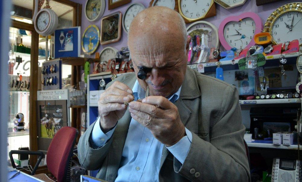 84 yaşındaki saatçi ustası yıllara meydan okuyor