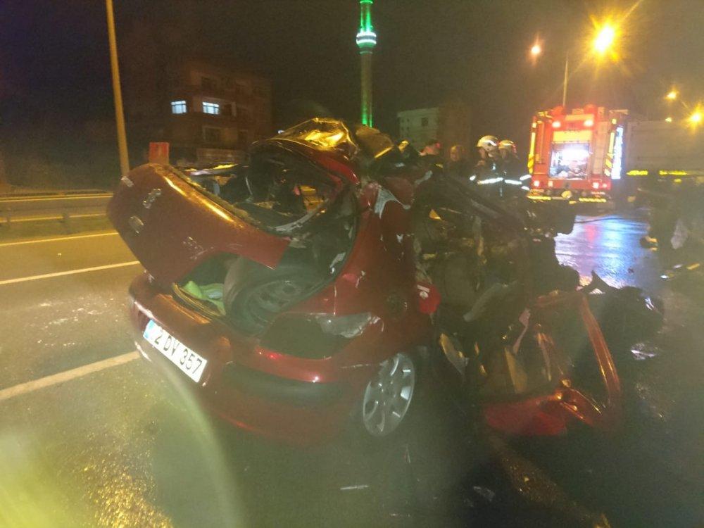Otomobil park halindeki tıra çarptı: 2 ölü