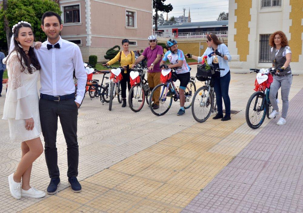 Adana'da gelin ve damat mutluluğa pedal çevirdi