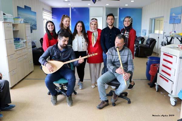 Kemoterapi ünitesinde hastalara canlı müzik keyfi