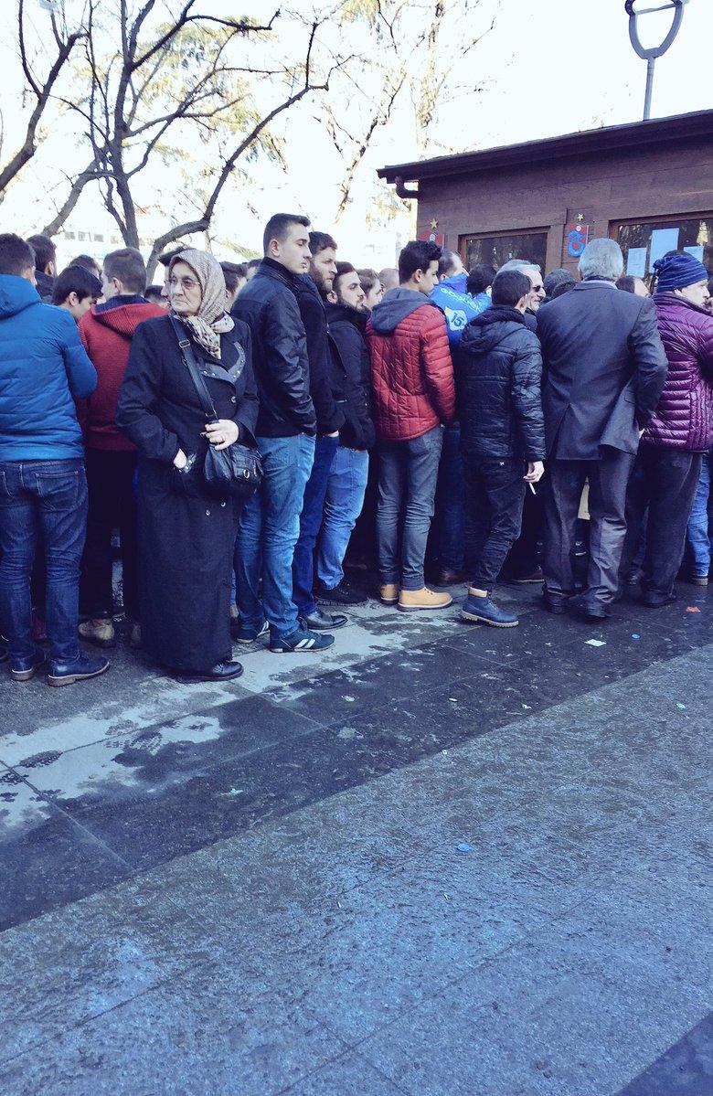 Trabzon'da bilet kuyruğunda bekleyen teyze sosyal medyayı salladı!